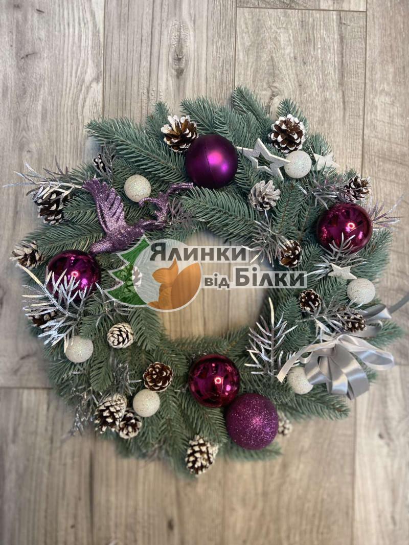 Вінок новорічний литий з прикрасами жарптиця фіолетова